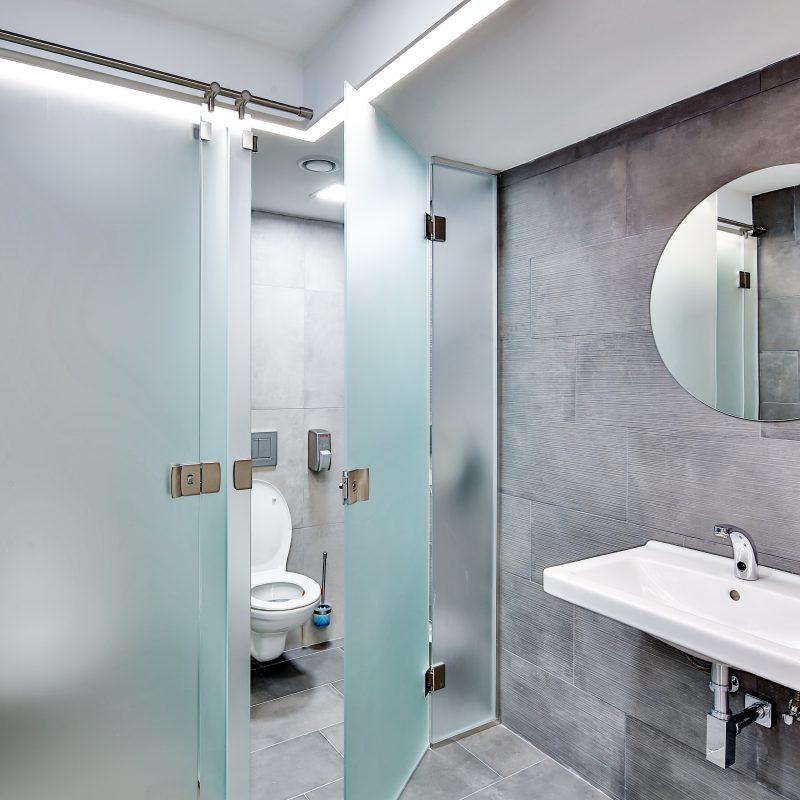 K dispozici máte zcela nové toalety, sprchy i šatnu